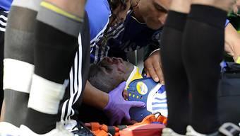 Der bewusstlose Didier Drogba wird gepflegt
