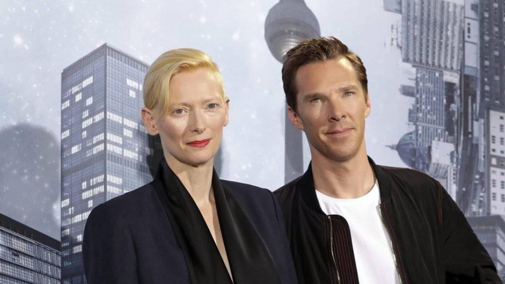 Tilda Swinton (links) und Benedict Cumberbatch posieren für den Film «Doctor Strange». Er hat Ende Oktober 2016 in der Schweiz am meisten Filmfans in die Kinos gelockt. (Archiv)