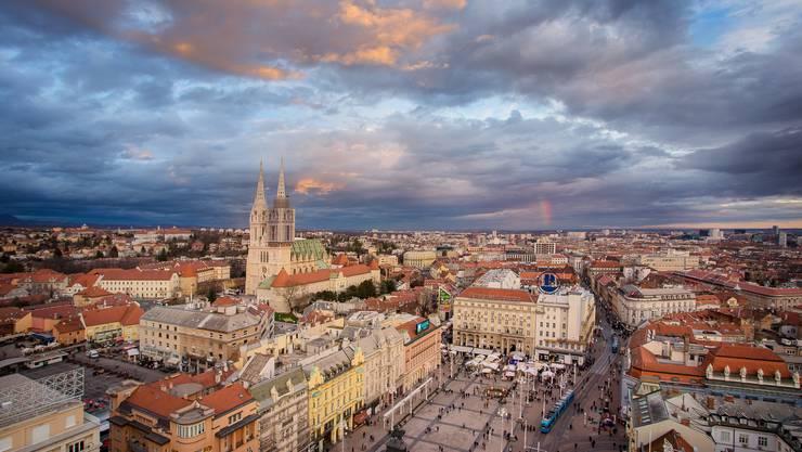Die Zagreber Kathedrale thront über dem Jelačić-Platz.