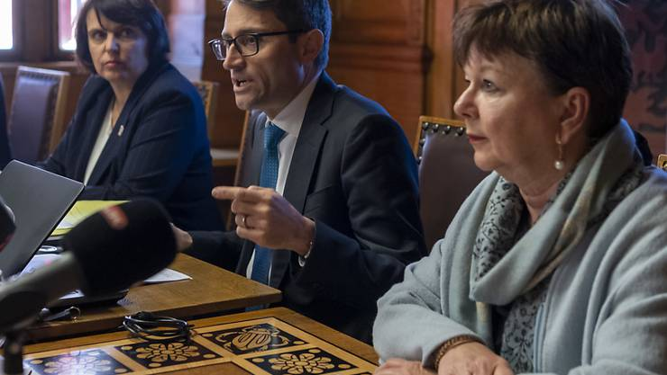 Gesundheitsdirektor Lukas Engelberger verkündete am Freitag im Rathaus den Beschluss, die Fasnacht 2020 abzusagen. Die Obfrau des Fasnachts-Comités, Pia Inderbitzin (im Vordergrund) trägt diesen Entscheid mit.