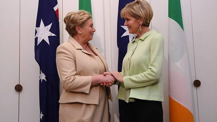 Irlands stellvertretende Ministerpräsidentin Frances Fitzgerald (l.) - hier mit Australiens Aussenministerin Julie Bishop - sieht sich im Parlament mit der Vertrauensfrage konfrontiert. (Archivbild)