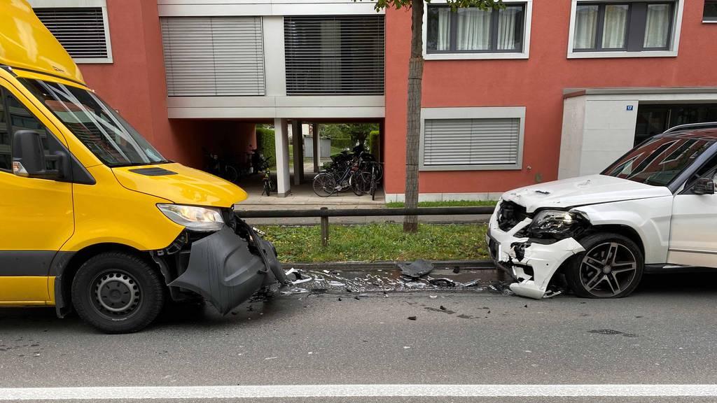 Lieferwagen fährt frontal in Auto – beide Fahrer verletzt