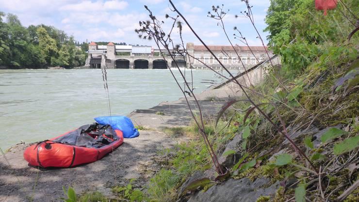 Vor dem Einwassern: Vor der Weiterfahrt unterhalb des Kraftwerks Laufenburg braucht das Boot noch ein bisschen Luft, dann geht es weiter.