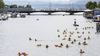Das Schwimmverbot in der Limmat zwischen Stadthausquai und Oberem Letten bleibt. Nur beim Limmatschwimmen wird eine Ausnahme gemacht. Dieses fällt in diesem Jahr wegen der Corona-Pandemie aber aus. (Archivbild)