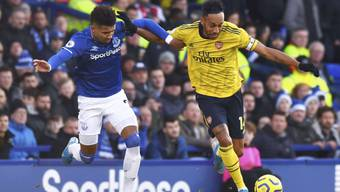 Evertons Mason Holgate (links) will Arsenals Stürmerstar Pierre-Emerick Aubameyang den Ball abjagen