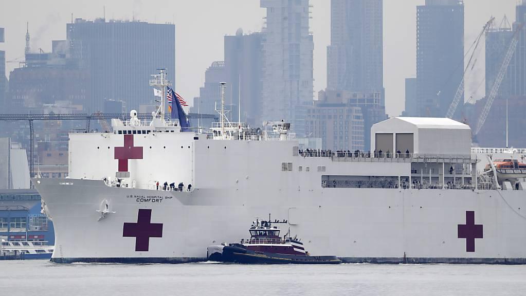 Im Kampf gegen die Coronavirus-Pandemie ist am Montag das 272 Meter lange Spitalschiff «USNS Comfort» der US-Marine in New York angekommen.