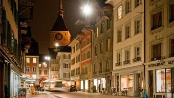 Aarau setzt auf LED: Um Strom zu sparen, rüstet die Kantonshauptstadt auf LED-Lampen um, wie hier in der sanierten Altstadt.Annika Bütschi