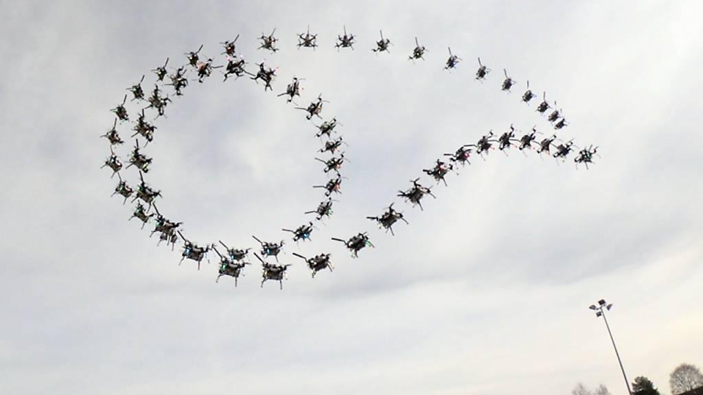 Ein von der UZH trainierter Quadrokopter fliegt dank Algorithmus selbständig - ohne menschliches Zutun - einen Matty Flip. (Pressebild)