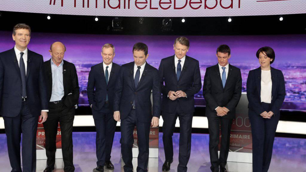 Die sieben Bewerber um die Präsidentschaftskandidatur der französischen Sozialisten und ihrer Verbündeten am Donnerstagabend bei der TV-Debatte. Von links nach rechts: Arnaud Montebourg, Jean-Luc Bennahmias, François de Rugy, Benoît Hamon, Vincent Peillon, Manuel Valls und Sylvia Pinel.