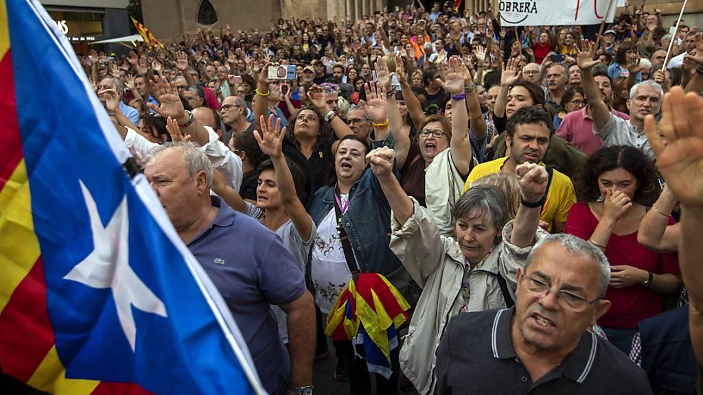 ARCHIV - Demonstranten rufen politische Parolen und wehen katalanische Fahnen bei einem Protest gegen die Festnahme von neuen katalanischen Aktivisten im Herbst 2019. Die Regierungsbildung in der Region bleibt auch anderthalb Jahre später schwierig. Foto: Emilio Morenatti/AP/dpa