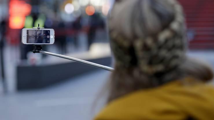 Der Selfie-Stick wird immer beliebter für Fotos in allen möglichen und unmöglichen Situationen - in den Disney-Freizeitparks ist damit nun Schluss (Symbolbild)