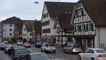 Soll im früheren Schuhladen an der Baslerstrasse (3. Haus von rechts) das Rotlicht-Milieu Einzug halten?