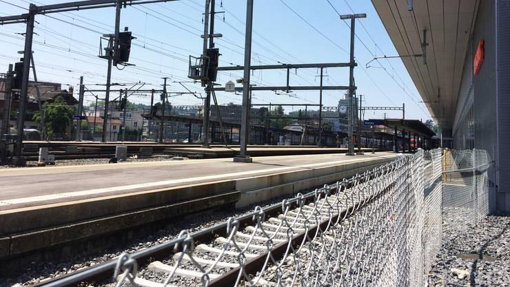 Über diesen Zaun stiegen die zwei Männer. Dann wurden sie vom Zug erfasst.