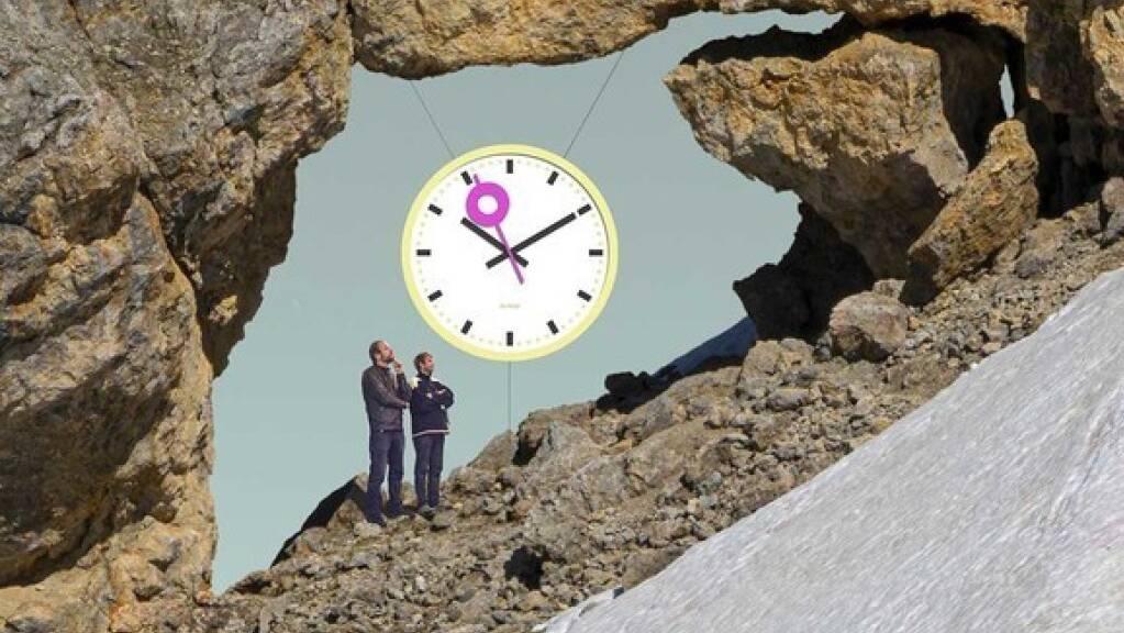 Die Uhr wird eine Woche vor dem 31. Juli 2021 in Einzelteilen den Berg hochgetragen.