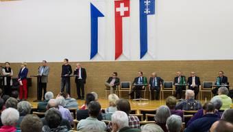 13 Kandidierende: Es diskutieren gerade Bachmann (SVP), Tonini (SP), Podiumsleiterin Hamilton-Irvine, Müller (FDP), Koller (SP) und Wettler (SP). Auf ihren Auftritt warten Brunner (SVP), Siegrist (CVP), Joss (AL), Illi (EVP), Müller (DP), Schaeren (CVP), Balbiani (SVP) und Neff (Grüne). Nach einer halben Stunde wurde gewechselt.