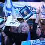 Tausende Anhänger Benjamin Netanjahus drücken in Tel Aviv ihre Unterstützung für den israelischen Ministerpräsidenten aus. Netanjahu steht unter Korruptionsanklage. (Foto: Abir Sultan/EPA keystone)