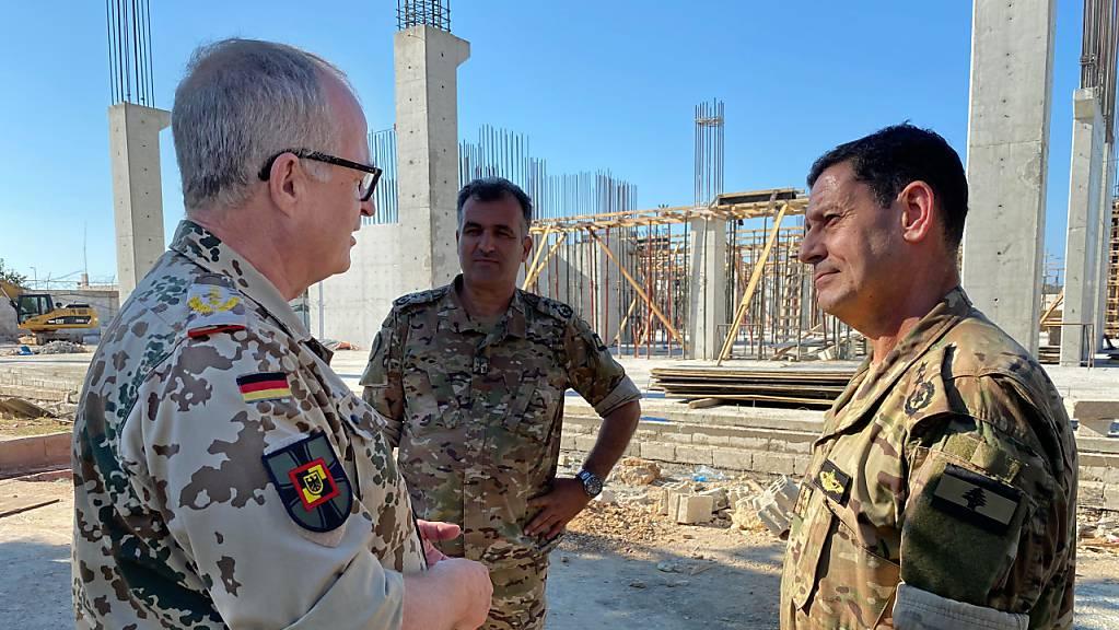 Eberhard Zorn (l), Generalinspekteur der Bundeswehr, rät vor dem Hintergrund von Spannungen im Nahen Osten zu einer verstärkten Unterstützung für die libanesischen Streitkräfte.