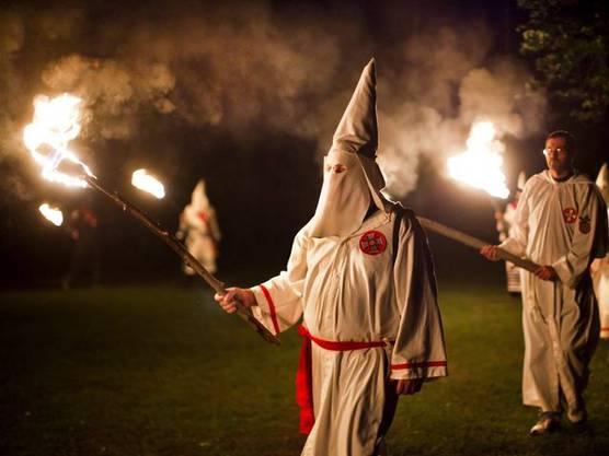 Mitglieder des Ku-Klux-Klan bei einer Zeremonie (Symbolbild)