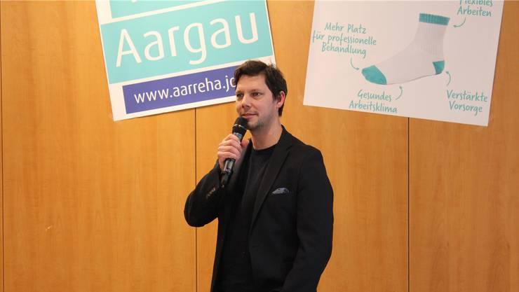 Bei der Vorstellung des neuen Auftritts der aarReha sorgt Slampoet Simon Libsig für den humorvollen Rahmen.