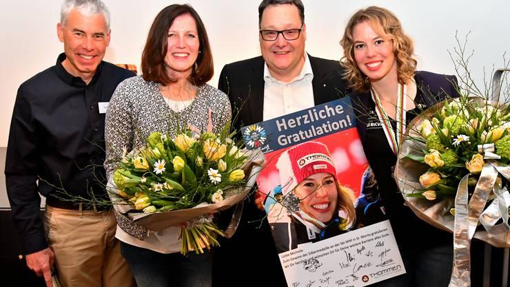 Vater Beat Gisin, Mutter Bea Gisin, Marc Thommen und Michelle Gisin (von links) am gestrigen «Championstreffen» im Magazin.