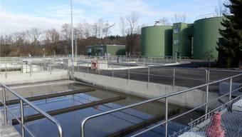 Die Abwasserreinigungsanlage Aarau, Aarburg gemeinsam mit der ARA Erzo Oftringen, Baden, Hallwilersee/Seengen, Lenzburg, Muri (im Bild), Oberes Surbtal/Ehrendingen und Reinach müssen saniert resp. nachgerüstet werden.