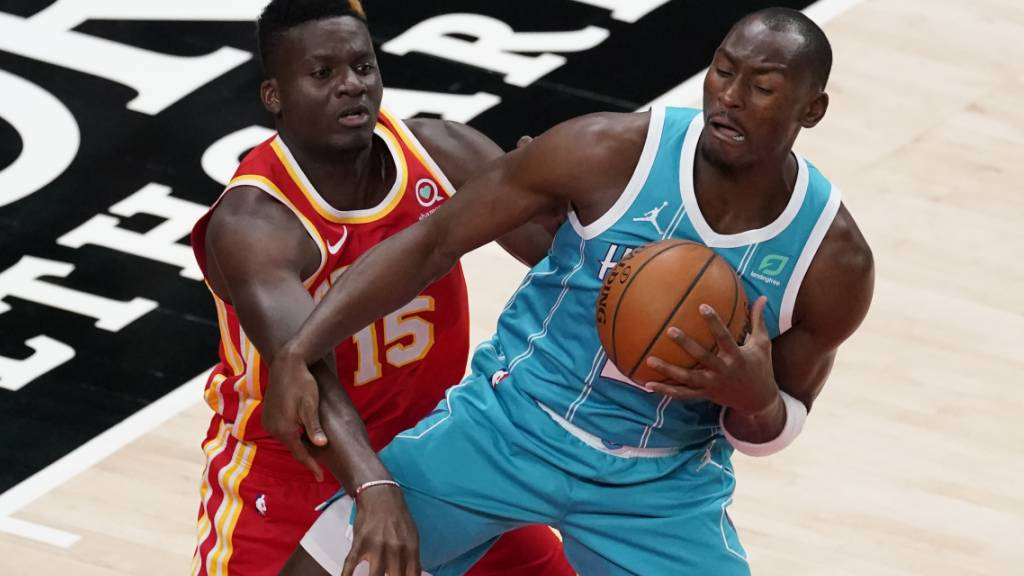 Clint Capela (links) im Duell mit Charlottes Bismack Biyombo