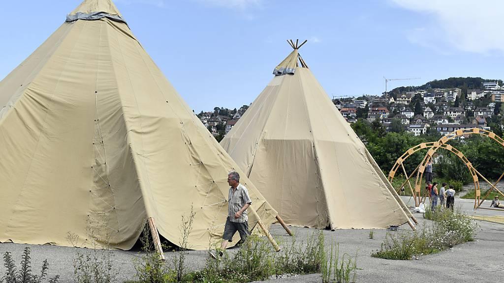 Klima-Aktivisten bauen ihr Zeltlager auf der Hardturm-Brache auf