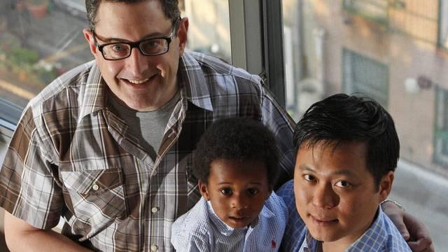 Homosexuelle Partner mit ihrem Adoptivsohn in den USA