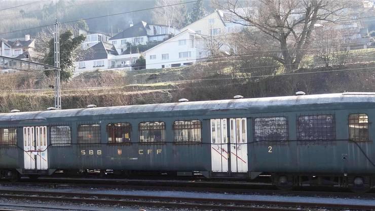 Im Wohngebiet oberhalb des Bahnhofs in Stein herrscht ein Unbehagen gegenüber den ausrangierten und zum Teil asbesthaltigen Eisenbahnwagen auf den Abstellgleisen. chr