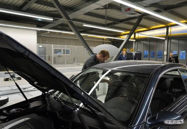 Christian Gilgen prüft den Wagen