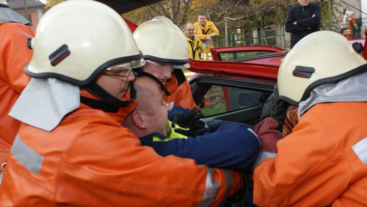 Komplex: Die Dietiker Feuerwehr rettete an der Hauptübung einen Autofahrer und musste zwei weitere Schauplätze im Auge behalten. (Bild: Marco Mordasini)