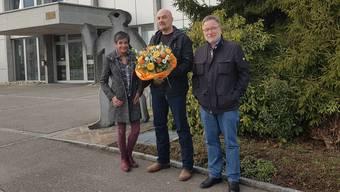 Einwohnerkontroll-Chefin Esther Bischof, der 5000. Einwohner Heinz Voser und Dullikens Gemeindepräsident Walter Rhiner (v.l.).