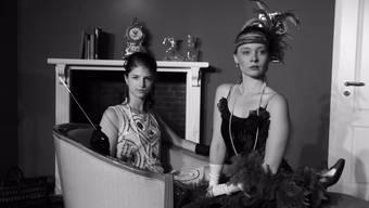Stilecht: Melina Maspero (l.) als Philippa Haymes, Silvana Grellmann gibt die Julia Simmons.