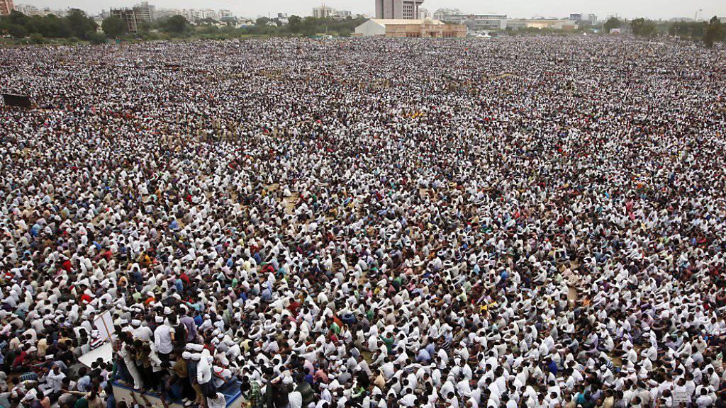 Die eher wohlhabenden Patidars fühlen sich benachteiligt, weil die Regierung ärmere Kasten privilegiert. Nach Polizeiangaben protestierten am Dienstag rund eine halbe Million Menschen in Ahmedabad (Bild). Bei Ausschreitungen gab es am Dienstag und Mittwoch mindestens neun Tote.