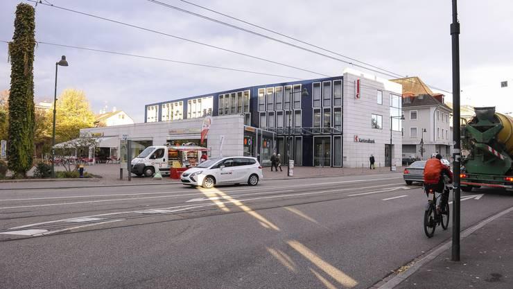 Das Kantonalbankgebäude, in das die Gemeindeverwaltung Birsfelden vielleicht umzieht, steht bereits.