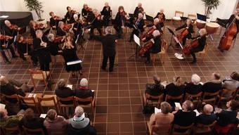 Das Streichorchester vor gut gefüllten Reihen.