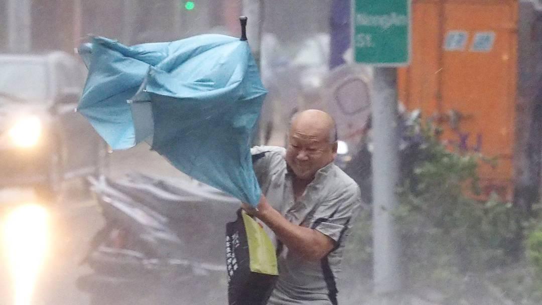 Der Taifun «Dujuan» wütet in Taiwans Hauptstadt Taipeh.
