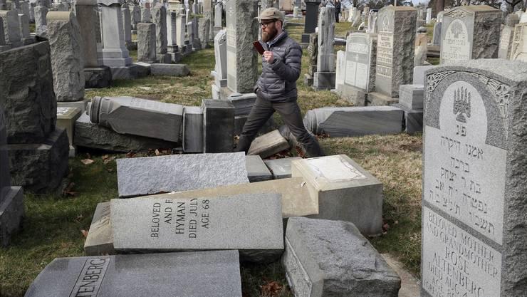 Rabbi Joshua Bolton begutachtet einen geschändeten Friedhof in der Nähe von Philadelphia.Jacqueline Larma/Keystone