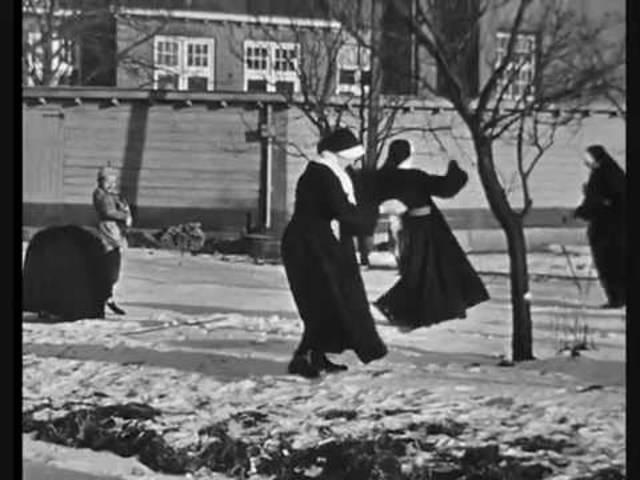 Schlittschuh laufende Nonnen gefilmt von Cees Berkelaar (1954)