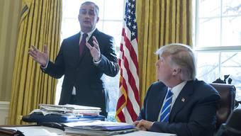 Intel-Chef Brian Krzanich und US-Präsident Donald Trump während eines Treffens im Weissen Haus: Der Chiphersteller will 7 Milliarden Dollar für die Fertigstellung einer US-Fabrik in die Hand nehmen.
