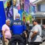 Versuch einer Einigung: Polizisten diskutieren mit Schaustellern vor dem Haus, das in Versoix verbotenerweise gebaut worden ist.