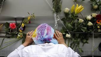 Eine Bosnierin trauert um die Opfer des Massaker von Srebrenica. In Sarajevo fand eine Beisetzungszeremonie statt für 136 jüngst identifizierte Ofper des Massakers.