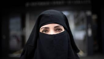 Soll strafbar werden: Eine Mehrheit der Schweizer will gläubigen Musliminnen den Gesichtsschleier wegnehmen.  (Symbolbild)