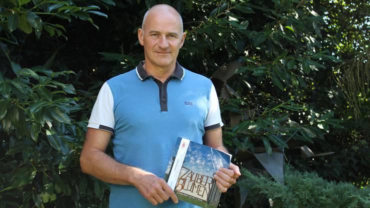 Sam V. Furrer präsentiert an der Vernissage sein neues Buch «Zauberblumen».
