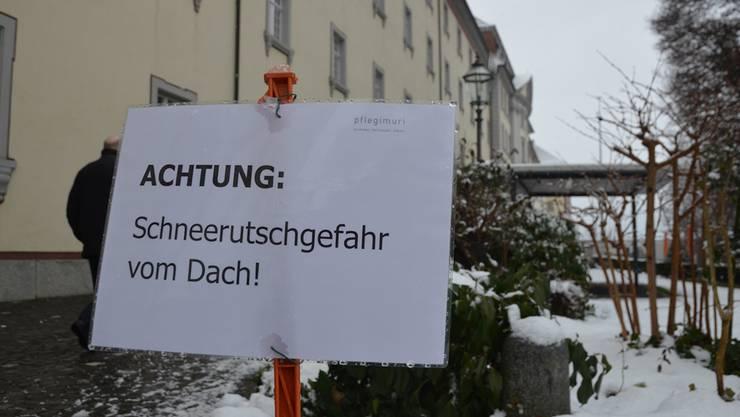Warnung vor Schneerutschungen vom Dach rund um die Pflegi in Muri.
