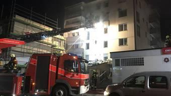 """Die Feuerwehr löscht in der Nacht einen Brand im Hotel """"Kristall"""" in Seewen."""