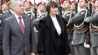 Bundespräsidentin Calmy-Rey wird in Wien von Heinz Fischer, Bundespräsident von Österreich, begrüsst