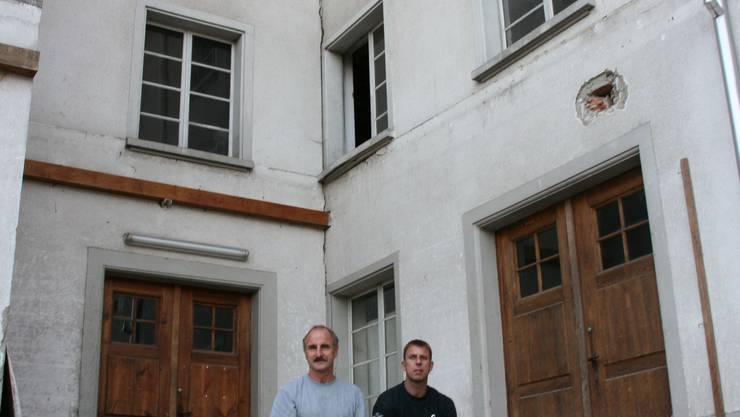 Sieht bald anders aus - Theo Hauri (links) und Franz Brändli richten die Alte Mühle zu Wohn- und Gewerberaum her. (Bild: Barbara Vogt)