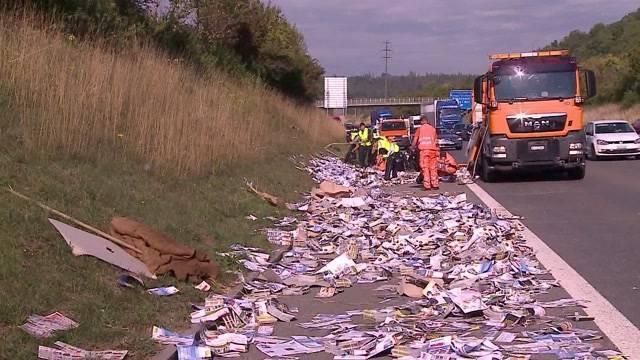 3 Tonnen Werbeprospekte auf der Autobahn