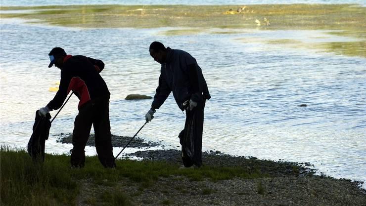 Asylsuchende sammeln Abfall – auf dem Bild an einem Aareufer in Selzach (Symbolbild)